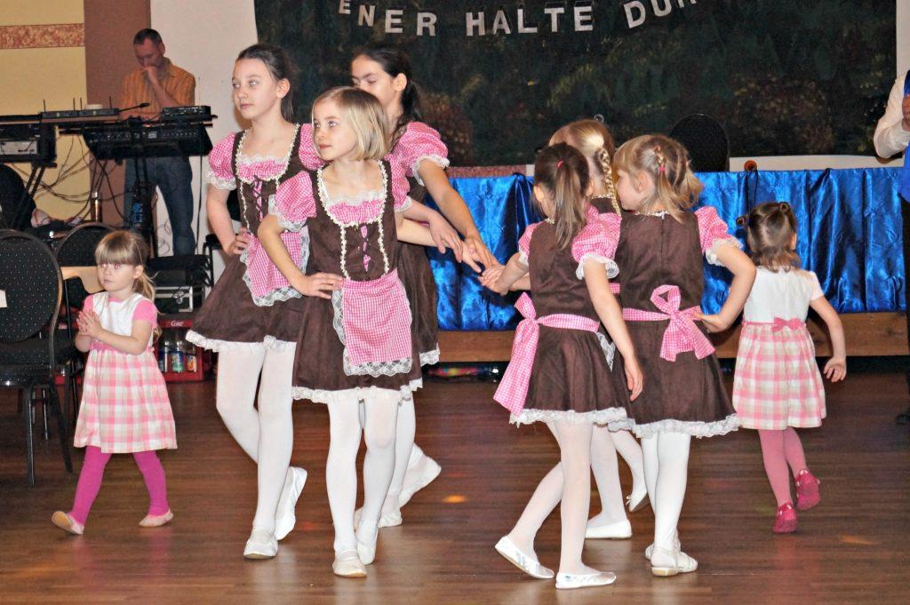 "Die Mini Kids tanzen zu ""Heidi"""